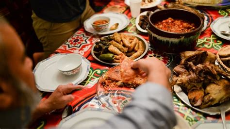Muslim families open their homes and dinner tables to